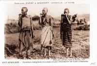 Femmes indigènes revenant d'une plantation