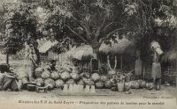 Préparation des paniers de manioc pour le marché