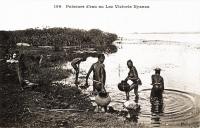 Puiseurs d'eau au Lac Victoria Nyanza
