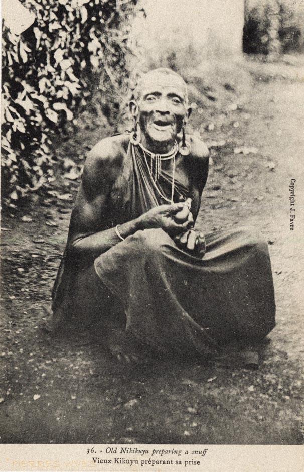 Old Nikikuyu preparing a snuff - Vieux Kikuyu préparant sa prise