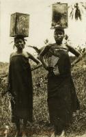 nil (2 women carrying a debe)