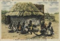 Ragazzi e ragazze Scilluk che suonano il tamburo per il ballo