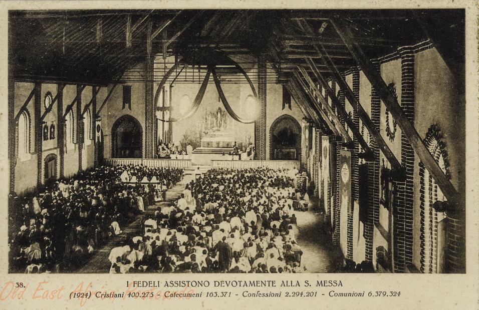 I fideli assistono devotamente alla S. messa