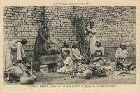 """OUGANDA - BWANDA - Préparation du """"matoke"""" (bouillie de bananes) par les religieuses indigènes"""