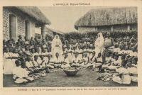 OUGANDA - Jour de la 1re Communion; les enfants autour du plat de fête; chacun sera servi sur une feuille de bananier.