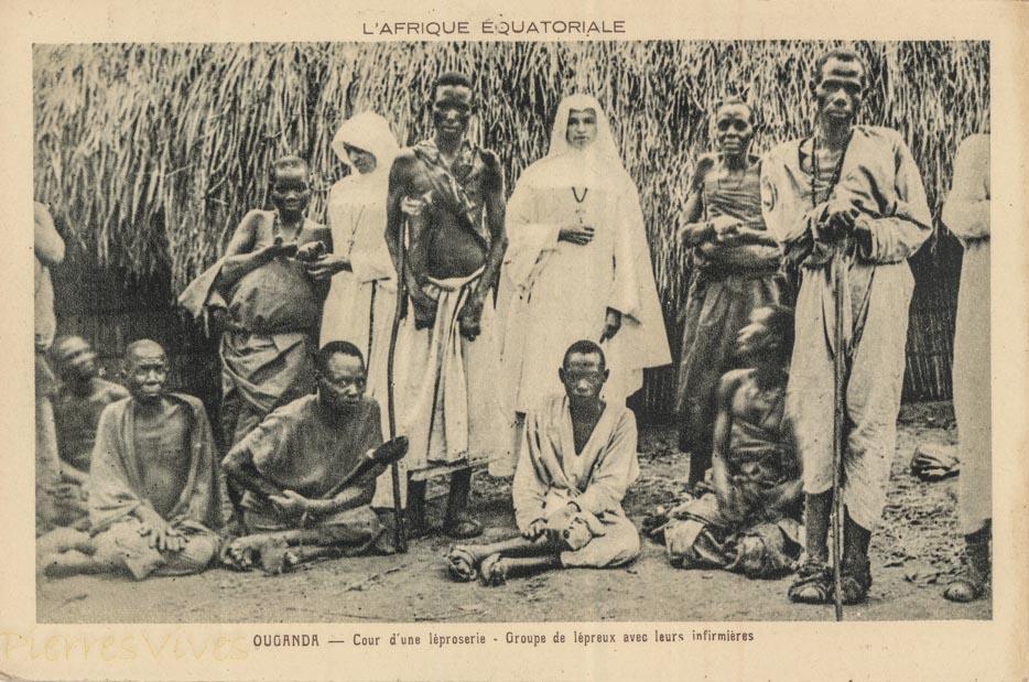 OUGANDA - Cour d'une léproserie - Groupe de lépreux avec leurs infirmières