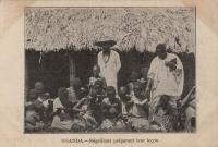 Uganda - Négrillons préparant leur leçon