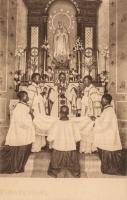 Prêtre indigène distribuant la Sainte Communion