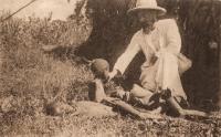 UGANDA - Father Willemen, die den stervenden van den hongersnood het H. Doopsel toedient,