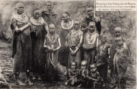 Familles Masaïs avec leurs ornements de cuivre (Afrique Orientale)