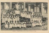 OUGANDA -Nouveaux baptisés, réunis aux pieds de la statue de la Vierge